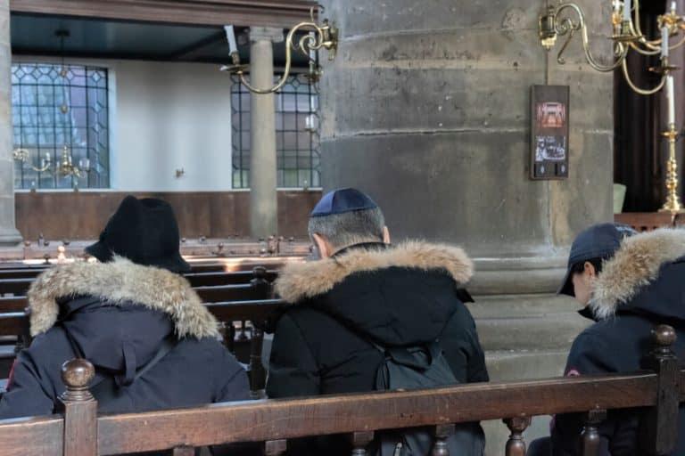 תפילה בבית הכנסת הפורטוגזי באמסטרדם
